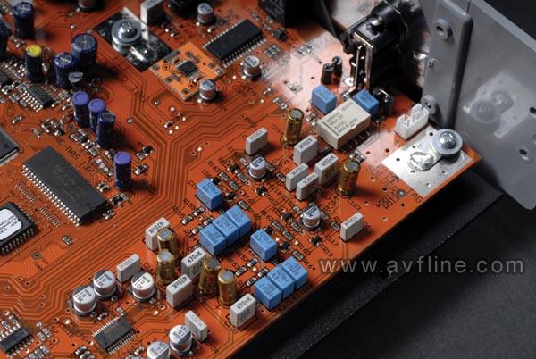 CEC TL51XR 最新的TL51XR外观除了颜色为银色之外,与以往TL51系列无什么改变,都是采用了趟盖顶置入碟的结构。从上一代的TL51XZ开始,与前三个型号最大的是改进在于机芯方面。TL51XR使用了第二代皮带传动机芯,从而解决了以往的产品读不了CD-R的问题。第二代皮带传动使用三洋SF-P101N光头,完全兼容CDR/CDRW。TL51XR的内部结构非常充实,中置的转盘机构为界,左面是庞大而精密的电源供应电路,右面的一整件线路板则集合了D/A和模拟放大输出线路。TL51XR每声道各使用一片Bu