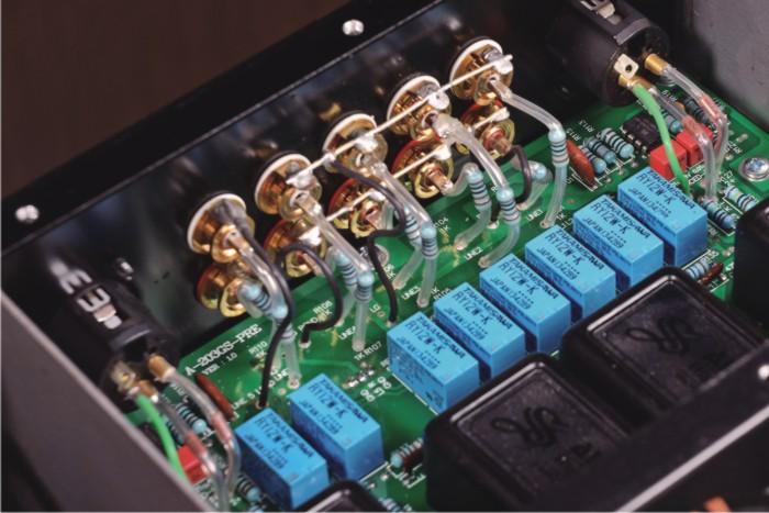 后级信号输入电路由场效应管组成共源共栅差分放大