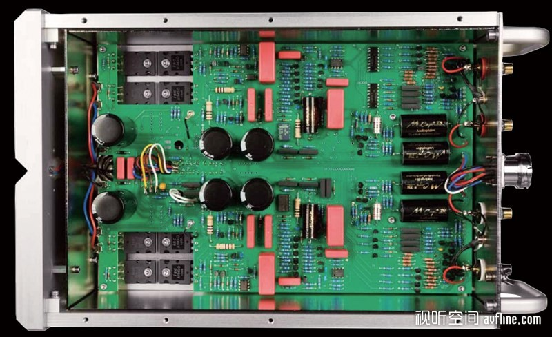 唱放的顶盖有三个开关、两个小旋钮以及三个大旋钮。假若阁下是资深的黑胶玩家的话,一定会以为这是调整输入阻抗和容抗的,笔者的回答是:没那么简单!正中间的两个小旋钮分别是调整唱头输入阻抗和电平增益,唱头输入阻抗一共有14档,分别为80、85、90、100、110、125、130、150、175、200、250、350、500和1000可选择,而电平增益也设有14档,分别是54、55、55.